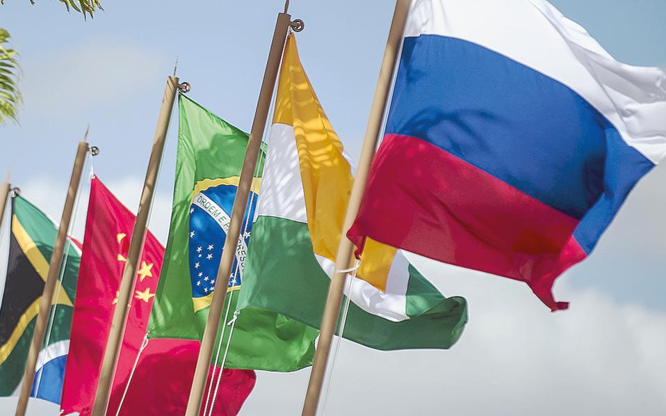 Ο Γερμανός οικονομολόγος Ερνστ Βολφ εκτιμά ότι η τράπεζα των BRICS, η Νέα Αναπτυξιακή Τράπεζα, ενισχύεται, ενώ οποιαδήποτε σύγκριση μεταξύ Κίνας και ΗΠΑ δεν έχει νόημα.