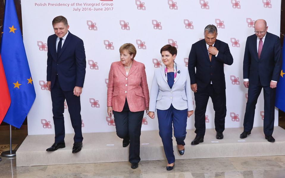 Οι ηγέτες του Βίζεγκραντ με την καγκελάριο της Γερμανίας Αγκελα Μέρκελ στην «οικογενειακή» φωτογραφία τους στη Βαρσοβία της Πολωνίας.