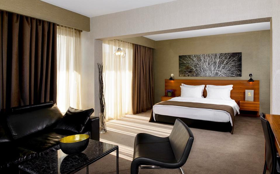 Το α΄ εξάμηνο του 2016 η ξενοδοχειακή αγορά της Αθήνας κατέγραψε μείωση 1,8% στην πληρότητα και αύξηση 3,9% στη μέση τιμή δωματίων.
