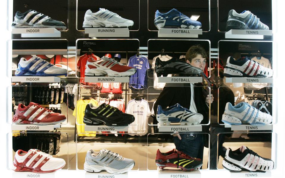 Στις αρχές της δεκαετίας του 1990 η γερμανική εταιρεία Adidas μετέφερε σε μεγάλο βαθμό την παραγωγή της από την Κίνα μέχρι την Ινδονησία και από το Βιετνάμ μέχρι την Αργεντινή και το Μεξικό. Τώρα επιστρέφει στη Γερμανία και από το φθινόπωρο θα κυκλοφορήσει στο εμπόριο παπούτσια Made in Germany.