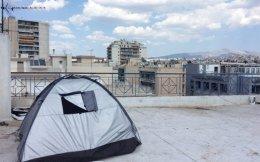 Ακόμη και η ταράτσα του κτιρίου παραπλεύρως του πρώην Γενικού Νοσοκομείου Πατησίων, που έχει καταληφθεί από «αλληλέγγυους» εδώ και τρεις εβδομάδες, έχει «αξιοποιηθεί» για τη στέγαση Σύρων προσφύγων. Περισσότερα από 170 άτομα διαμένουν στους πέντε ορόφους του κτιρίου υπό κακές υγειονομικές συνθήκες. Νερά από τα μπαλκόνια τρέχουν και λιμνάζουν στην παρακείμενη οδό Εβανς, προκαλώντας τις αντιδράσεις των κατοίκων της περιοχής.