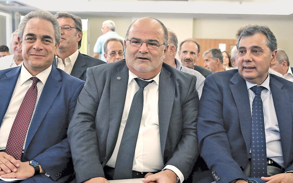 Η ηγεσία των Ελλήνων μικρομεσαίων. Λυπάμαι αν το μαθαίνουν από μένα, αλλά το κάνω για το καλό τους: αφού και οι τρεις είναι της κατηγορίας «τα πάχη μου τα κάλλη μου», γιατί στριμώχνονται έτσι; Τους αρέσει να τρίβονται μεταξύ των; Αξιοσημείωτο πώς ο ευτυχισμένος, δεξιά στη φωτογραφία, επιδεικνύει την πολιτική ταυτότητά του (ΠΑΣΟΚ) με τον τρόπο που κάθεται...