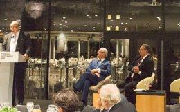 Από αριστερά προς τα δεξιά, οι Μουχτάρ Κεντ, διεθύνων σύμβουλος της Coca-Cola, Νίκος Ευθυμιάδης, πρόεδρος του ομίλου Αγροτεχνολογίας Ευθυμιάδη, Αντριου Λιβέρης, διευθύνων σύμβουλος της Dow Chemical.