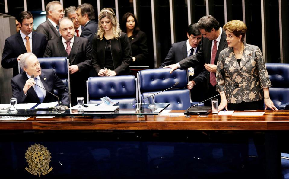 Η Ντίλμα Ρούσεφ (δεξιά) με τον πρόεδρο του Ανωτάτου Δικαστηρίου Ρικάρντο Λεβαντόφσκι (αριστερά) στη χθεσινή συνεδρίαση της Γερουσίας.