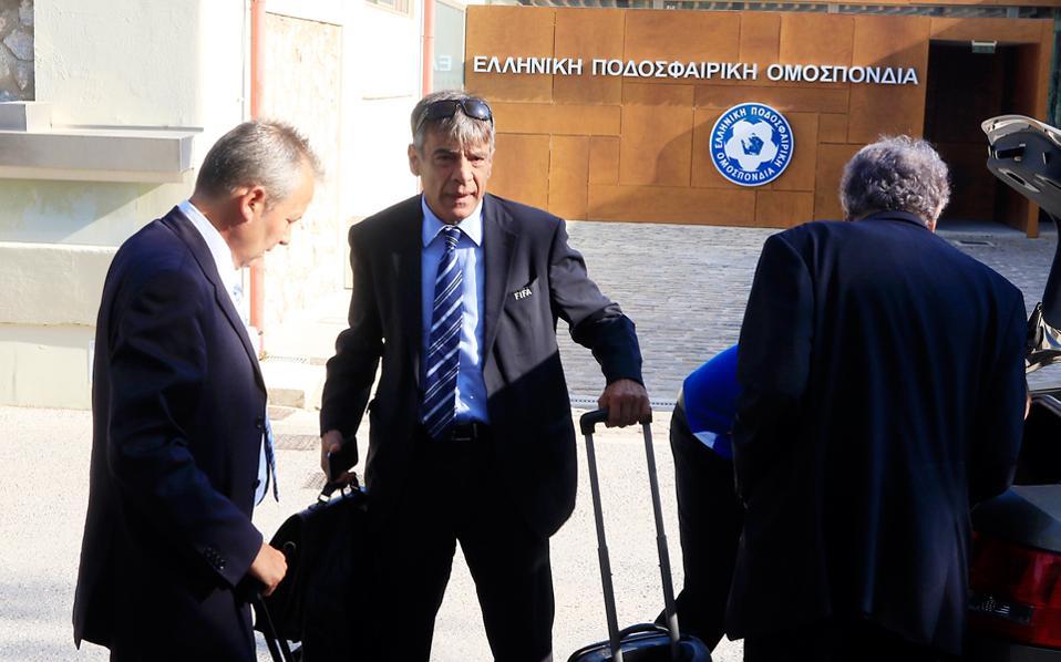 Οι εκπρόσωποι της FIFA αποχώρησαν ενοχλημένοι από τη στάση της ΕΠΟ σχετικά με τη διαιτησία και τις αλλαγές προσώπων.