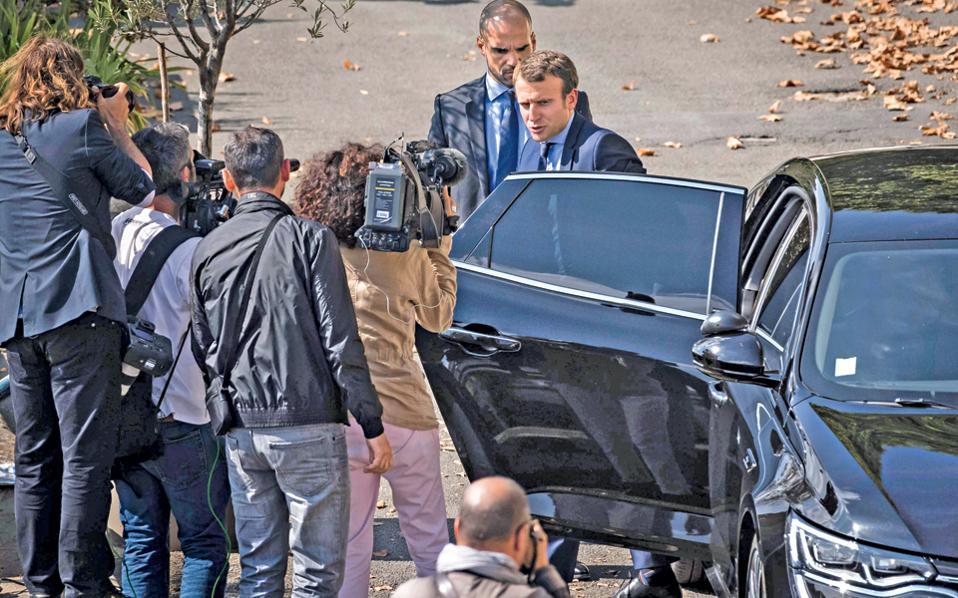 Με τη χθεσινή παραίτησή του από το γαλλικό υπουργείο Οικονομίας, ο Εμμανουέλ Μακρόν δεν εγκαταλείπει απλώς την κυβέρνηση του Φρανσουά Ολάντ, αλλά επιχειρεί να υπογράψει το τέλος της καριέρας του Γάλλου προέδρου, υποκαθιστώντας τον ως υποψήφιος στις εκλογές του 2017. Ο 38χρονος μεταρρυθμιστής υπουργός, που προέρχεται από τον τραπεζικό κλάδο και δεν έχει εκλεγεί ποτέ σε κάποιο αξίωμα, θα αναμετρηθεί εσωκομματικά με τον αριστερό Αρνό Μοντεμπούρ.