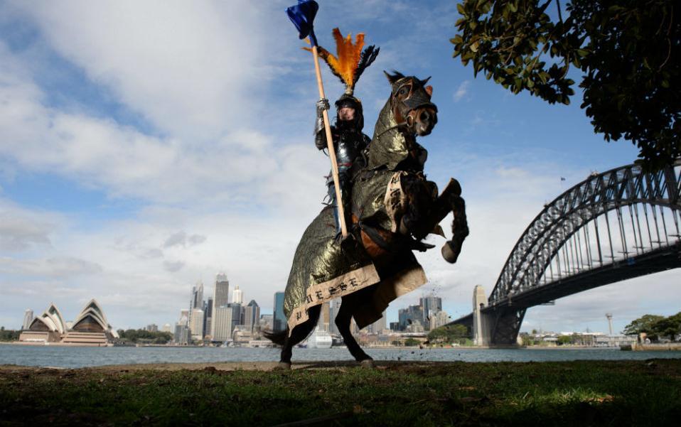 Μεσαιωνική  Αυστραλία. Καβάλα στο άλογό του, τον Σταυροφόρο και με φόντο την πόλη του Σίδνεϊ ποζάρει ο Rod Walker, ο δυο φορές παγκόσμιος πρωταθλητής στην κονταρομαχία! Ο Walker προπονείται καθημερινά για το επικείμενο μεσαιωνικό φεστιβάλ St Ives που θα διεξαχθεί στις 24 -25 Σεπτεμβρίου και φυσικά θα διαγωνιστεί στο ευγενές άθλημά του. EPA/DAN HIMBRECHTS