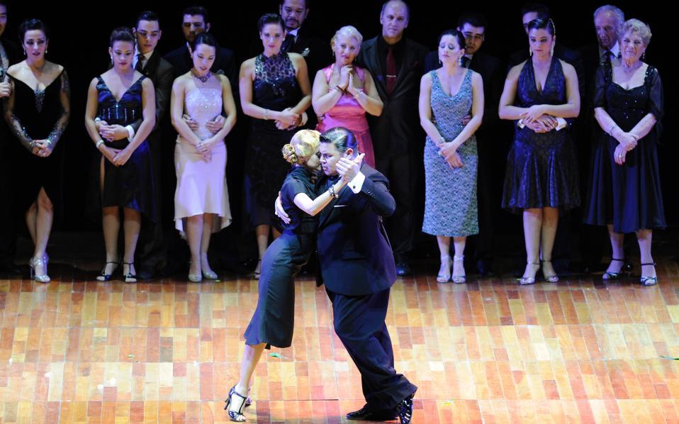 Παχουλά, ανάλαφρα βηματάκια. Τα έχει τα παραπάνω κιλάκια του ο Αργεντίνος Cristian Palomo, αυτό όμως δεν τον εμπόδισε να γίνει επαγγελματίας χορευτής και να πάει και ένα βήμα παραπέρα. Εκείνος και η παρτενέρ του  Melisa Sacchi βρήκαν πρώτοι στον Παγκόσμιο Διαγωνισμό Τάνγκο που έγινε στο Μπουένος Αϊρες και ενώ είχαν να συναγωνιστούν ζευγάρια από όλον τον κόσμο. Πράγματι, θαυμάστε πόσο σωστά «ζυγισμένο» ζευγάρι είναι, ενώ χορεύουν για κοινό και συναδέλφους. / AFP / STR - JGT / Javier Gonzαlez Toledo
