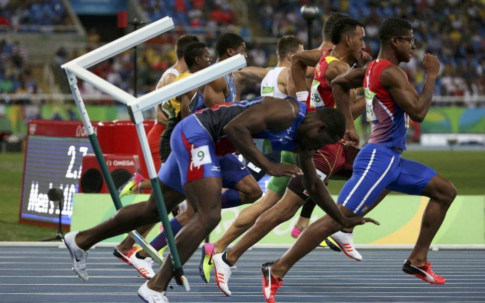 Κάτι θα πάρω. Ένα μετάλλιο ήθελε να πάρει ο Jeffrey Julmis της Αϊτής και κατέληξε με ένα από τα εμπόδια στους ημιτελικούς των 110μ. REUTERS/Edgard Garrido