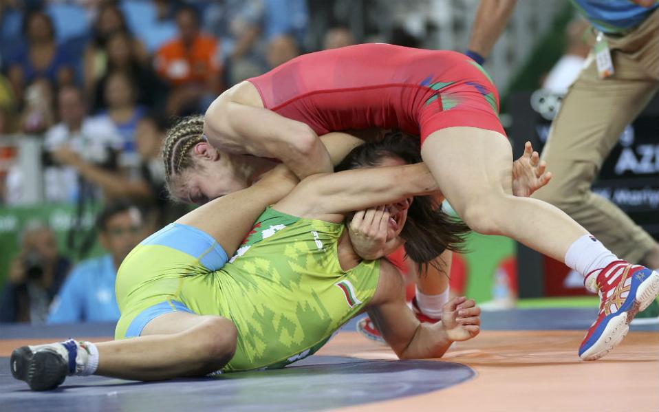Ζόρικες. Στην πάλη διαγωνίζονται οι  Maria Stadnik του Αζερμπαϊτζάν με την Βουλγάρα Elitsa Yankova. REUTERS/Toru Hanai