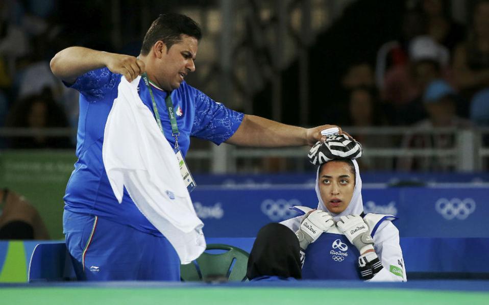 Πρώτα οι τύποι. Πάνω από την μαντίλα ο πάγος για το χτύπημα για την Kimia Alizadeh Zenoorin του Ιράν.  REUTERS/Issei Kato