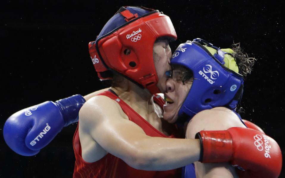 Μύτη με μύτη. Η  Li Qian της Κίνας και η Andreia Bandeira της Βραζιλίας στο μποξ. AP Photo/Frank Franklin II