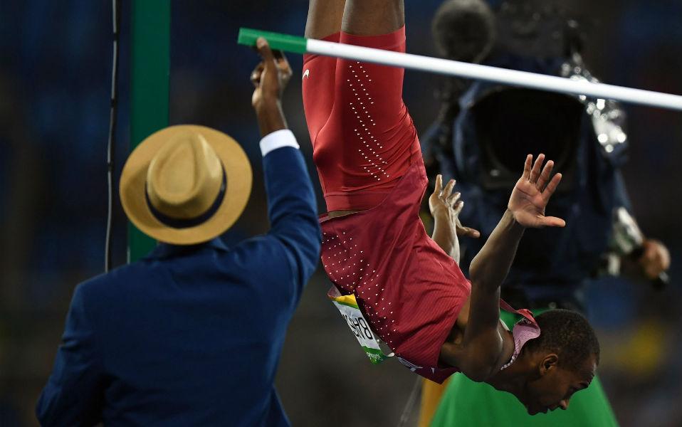 Τώρα πετώ! Ο Mutaz Essa Barshim από το Κατάρ πανηγυρίζει με ανάποδες τούμπες το αργυρό μετάλλιο. REUTERS/Dylan Martinez