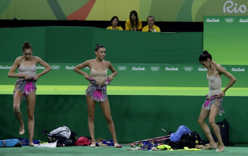 Μην κοιτάτε! Στον αγωνιστικό χώρο αλλάζουν τα κορίτσια της Ιταλίας για να συμμετάσχουν στην προπόνηση. (AP Photo/Rebecca Blackwell)