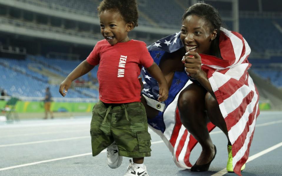 Σταθερή αγάπη. Με τον γιο της μοιράστηκε τους εορτασμούς του μεταλλίου στα 100 μέτρα η Nia Ali  των ΗΠΑ.  EPA/SRDJAN SUKI