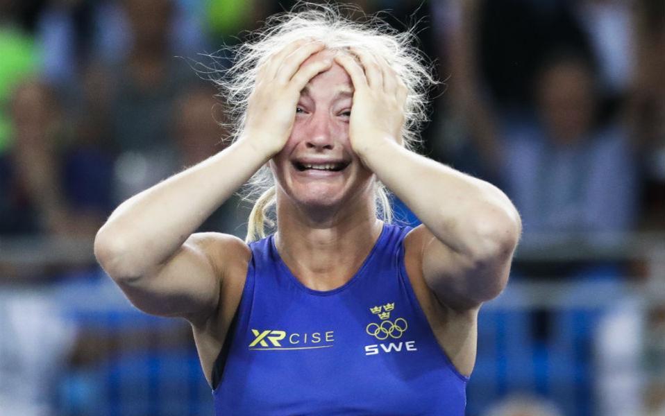 Ξεμαλλιασμένη νίκη. Πανηγυρίζει η Sofia Magdalena Mattsson της Σουηδίας για το χάλκινο μετάλλιο που μόλις κέρδισε στην ελευθέρα πάλη. . (AP Photo/Markus Schrei