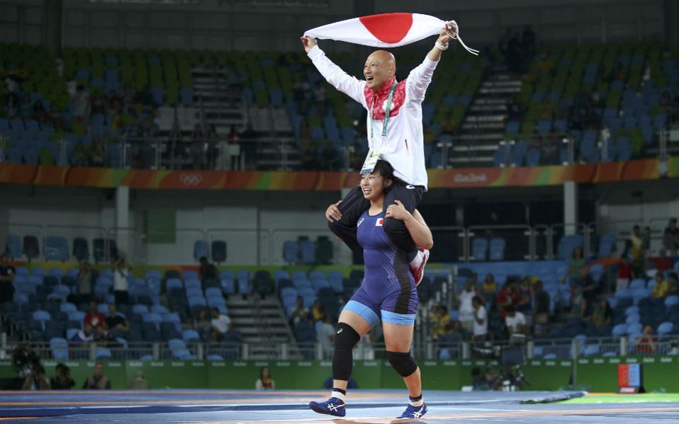 Δείχνοντας ευγνωμοσύνη. Τον προπονητή της στην πλάτη της κουβαλά η Sara Dosho της Ιαπωνίας που μόλις κέρδισε το χρυσό μετάλλιο.  REUTERS/Toru Hanai