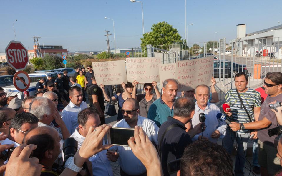 Στη διαμαρτυρία για την έκδοση των οκτώ Τούρκων στρατιωτικών, που κατέφυγαν στην Αλεξανδρούπολη και ζήτησαν πολιτικό άσυλο, η συμμετοχή δεν ήταν μεγάλη, όμως ήταν αξιοσημείωτη η παρουσία γκιουλενικών. Ο υποπρόξενος, πάντως, επέλεξε να παραμείνει σιωπηλός.