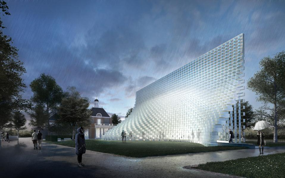 Ο Bjarke Ingels με μια απλή κίνηση σκηνοθετεί μια μονόχρωμη 15μετρη εγκατάσταση που βασίζεται στην επανάληψη ενός ορθογώνιου πλαισίου από συμπιεσμένο υαλόνημα.