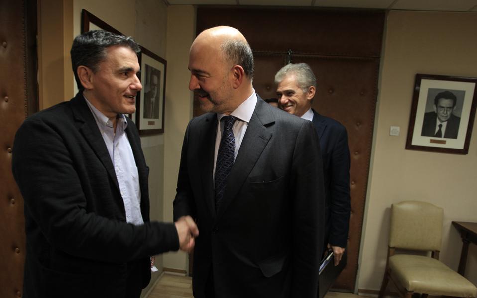 Ο Ευκλ. Τσακαλώτος με τον επίτροπο Οικονομικών και Νομισματικών Υποθέσεων Πιερ Μοσκοβισί σε παλαιότερη συνάντησή τους, τον περασμένο Νοέμβριο, στην Αθήνα.