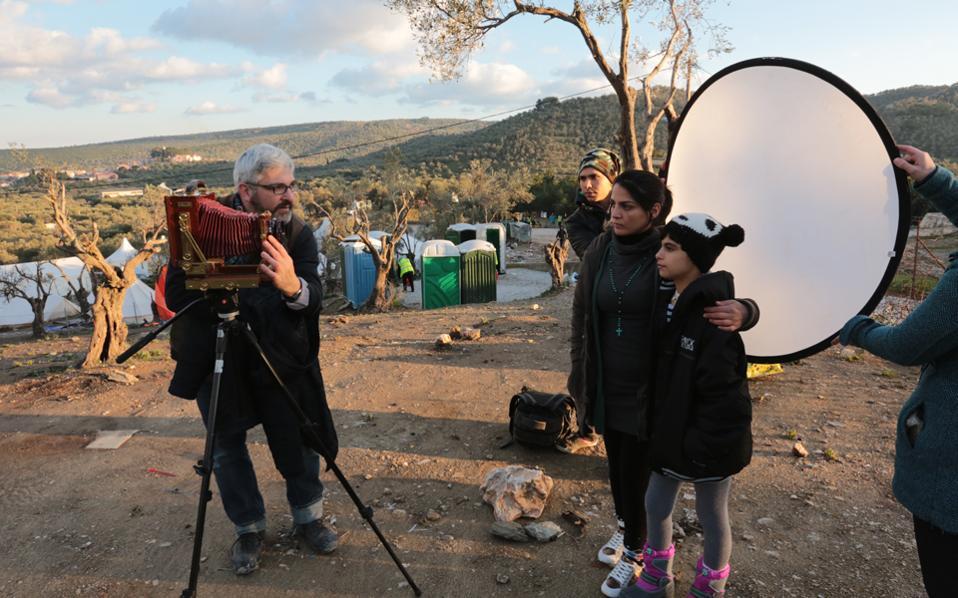 Σκηνή από τα γυρίσματα του ντοκιμαντέρ των Micah Garen και Marie-Helene Carleton για τη συνεισφορά μιας Αμερικανοσύριας εθελόντριας, της Neda, στη Λέσβο.