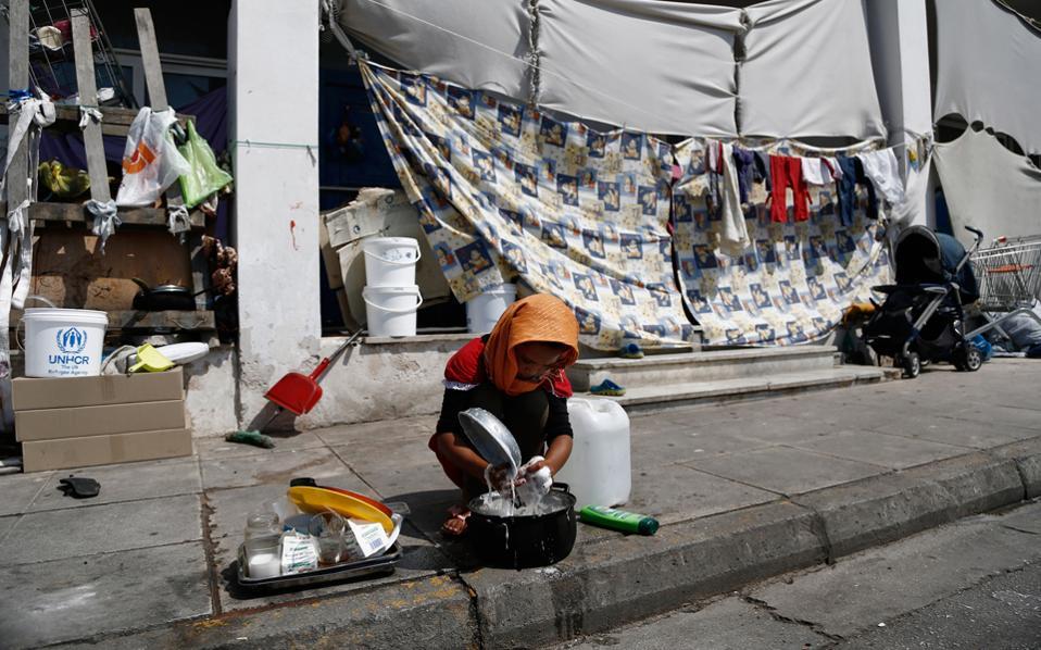 Η κατάσταση στον καταυλισμό προσφύγων στο Ελληνικό επιδεινώνεται. Προβλήματα υγιεινής, ακατάλληλες συνθήκες και έλλειμμα ασφάλειας παρουσιάζονται, όμως, και σε πολλές άλλες δομές φιλοξενίας.