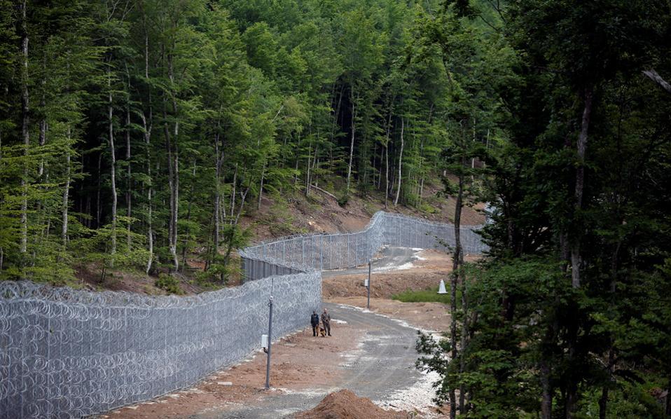 Σιδερένιο φράχτη μήκους 200 και πλέον χιλιομέτρων στα χερσαία σύνορα με την Τουρκία έχει υψώσει η Βουλγαρία, ενώ στρατιώτες και συνοριοφύλακες ελέγχουν και τη μεθόριο με την Ελλάδα. Εάν χρειαστεί, θα υψωθεί και εκεί φράχτης...