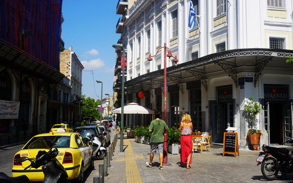 Kαθημερινή σκηνή στην οδό Μητροπόλεως με κατεύθυνση την Αιόλου και το Μοναστηράκι. Στο κτίριο, δεξιά, βρίσκεται το νέο στέκι «Νεράντζι».