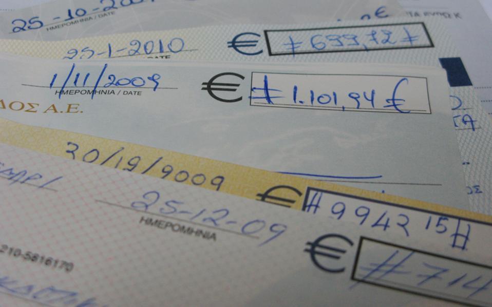 Η υποχώρηση των επιταγών ως συναλλακτικού μέσου αποτυπώνεται και στα στοιχεία για τη μείωση των ακάλυπτων επιταγών, όπως δείχνει η έκθεση Επισκόπησης του Χρηματοπιστωτικού Συστήματος που δημοσίευσε η Τράπεζα της Ελλάδας.