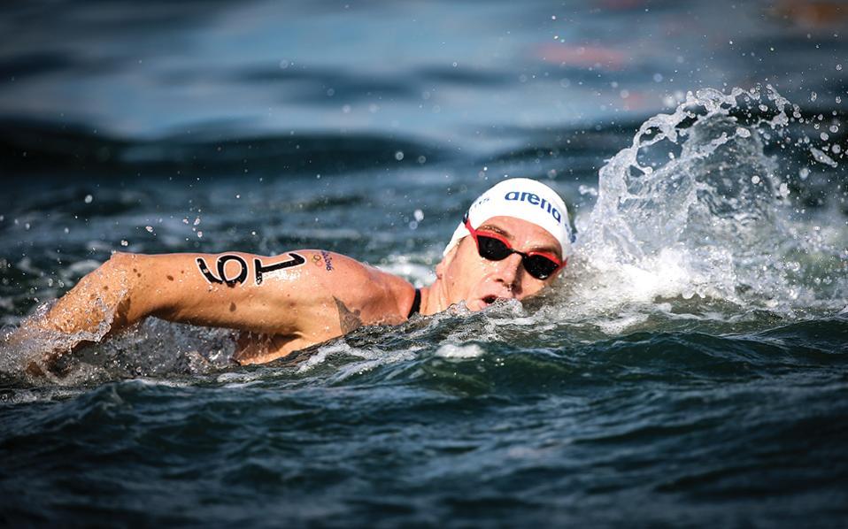 Ο Σπύρος Γιαννιώτης κολυμπάει προς το μετάλλιο.
