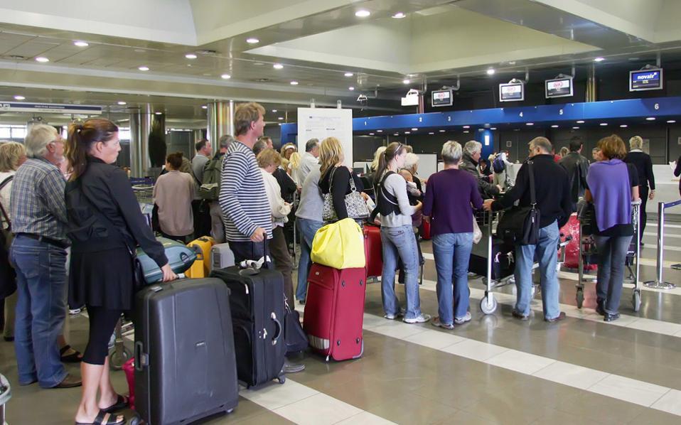 Το ανώτατο ύψος των αεροπορικών τελών καθορίζεται μέσα στην ίδια τη σύμβαση παραχώρησης των 14 περιφερειακών αεροδρομίων, που υπεγράφη μεταξύ ελληνικού Δημοσίου και της κοινοπραξίας και έχει ήδη κυρωθεί από τη Βουλή. Σε αυτήν προβλέπεται ότι τα αεροπορικά τέλη δεν θα μπορούν να ξεπερνούν τα 13 ευρώ ανά αναχωρούντα επιβάτη.