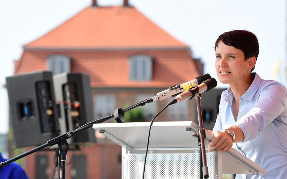 Η επικεφαλής του ακροδεξιού AfD σε ομιλία της στο Βίζμαρ του Μεκλεμβούργου.