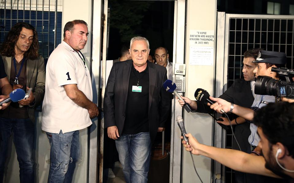 """Ο εκπρόσωπος και διευθύνων σύμβουλος του ΣΚΑΪ, κύριος Κώστας Κιμπουρόπουλος χαρακτήρησε """"χιτσκοκική"""" τη μαραθώνια διαδικασία, εξερχόμενος του κτιρίου."""