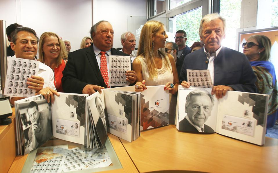 Διακεκριμένοι Ελληνες της Διασποράς κράτησαν χθες στα χέρια τους γραμματόσημα με την απεικόνισή τους, που δημιούργησαν τα ΕΛΤΑ για να τους τιμήσουν για τον ενεργό ρόλο τους στη διαμόρφωση της παγκόσμιας κοινωνικής, οικονομικής και πολιτιστικής πραγματικότητας. Από αριστερά, ο καθηγητής Πίτερ Διαμαντής, η πρόεδρος των ΕΛΤΑ Ευφροσύνη Σταυράκη, ο επιχειρηματίας Ιωάννης Κατσιματίδης, η πρόεδρος του Ιnternational Foundation for Greece Ασπασία Λεβέντη και ο σκηνοθέτης Κώστας Γαβράς.