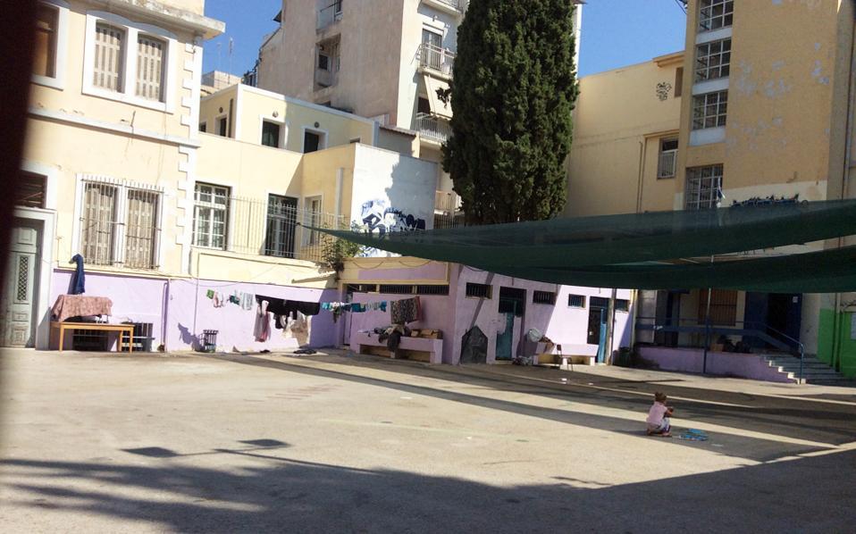 Στον πεζόδρομο Πρασά στη Νεάπολη, δίπλα από το Γαλλικό Ινστιτούτο, το πρώην 5ο Λύκειο Αθηνών φιλοξενεί σήμερα 127 άτομα.