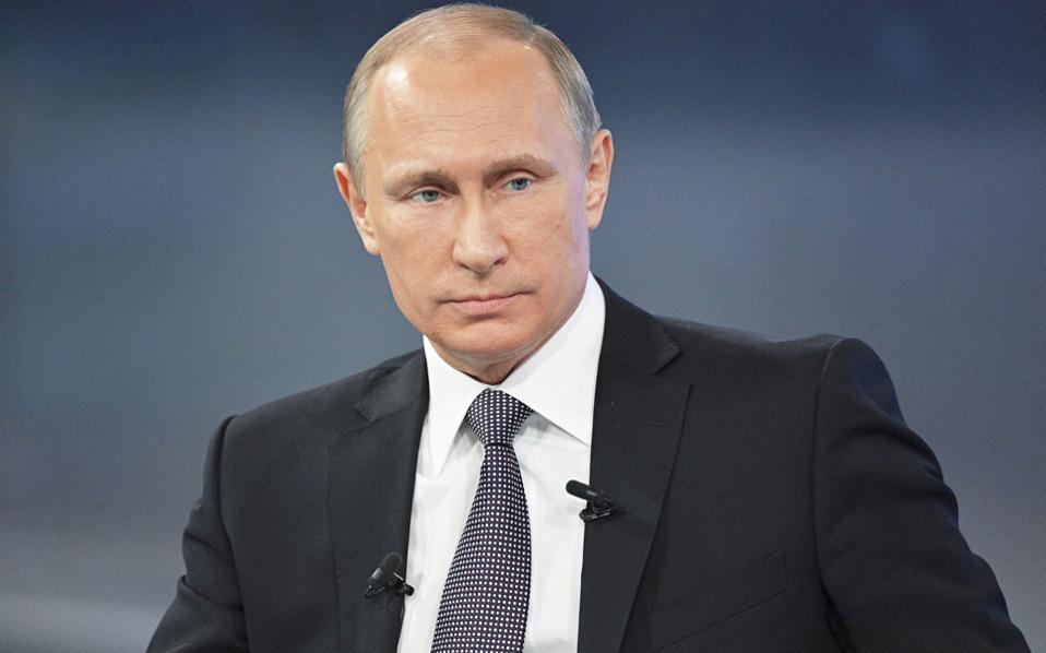 Ο Ρώσος πρόεδρος Βλαντιμίρ Πούτιν στη διάρκεια συνέντευξης που έδωσε με αντικείμενο την Ευρωζώνη και την επίθεση χάκερ στις ΗΠΑ.