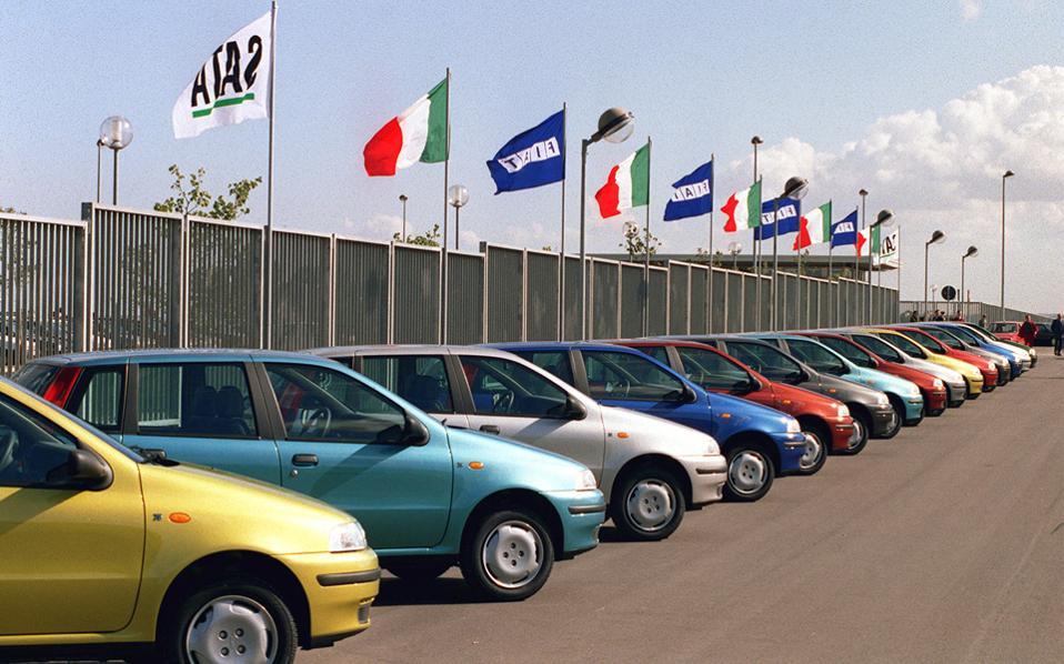 Η Ιταλία χάνει ένα από τα ισχυρότερα σύμβολα του μεταπολεμικού βιομηχανικού θαύματος. Η οικογένεια Ανιέλι, που αποκαλείται και «de facto βασιλική οικογένεια της Ιταλίας», αποφάσισε να μεταφέρει στην Ολλανδία την οικογενειακή εταιρεία συμμετοχών, Exor, μέσω της οποίας ελέγχει τη Fiat Chrysler, τη Ferrari, το περιοδικό The Economist κ.ά. Η Exor θα παραμείνει εισηγμένη στο Χρηματιστήριο του Μιλάνου, αλλά η φορολογική έδρα της θα μεταφερθεί στην Ολλανδία. Η μόνη εταιρεία της αυτοκρατορίας των Ανιέλι που θα διατηρήσει την έδρα της στη γειτονική χώρα είναι η Γιουβέντους. Την απόφαση ανακοίνωσε ο Τζον Ελκαν, πρόεδρος των Exor και Fiat Chrysler και εγγονός του ιδρυτή του ομίλου, Τζιάνι Ανιέλι.