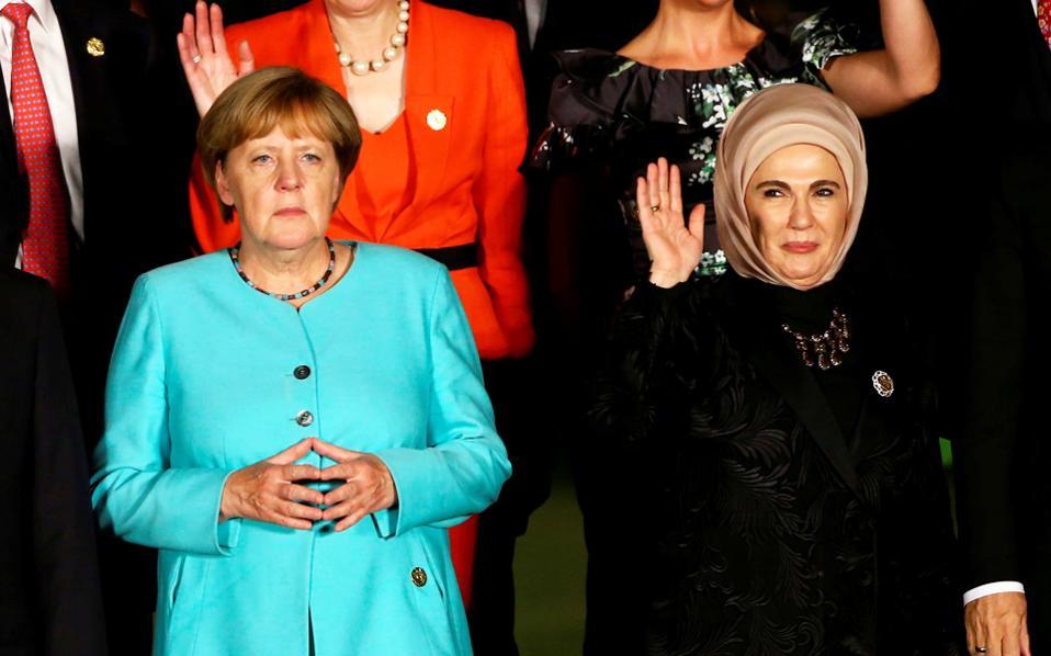 Η Γερμανίδα καγκελάριος Αγκελα Μέρκελ πληροφορήθηκε τα τεκταινόμενα στην εκλογική της περιφέρεια από την Κίνα, όπου έλαβε μέρος στη Σύνοδο Κορυφής του G20 και συναντήθηκε με την κυρία Ερντογάν.