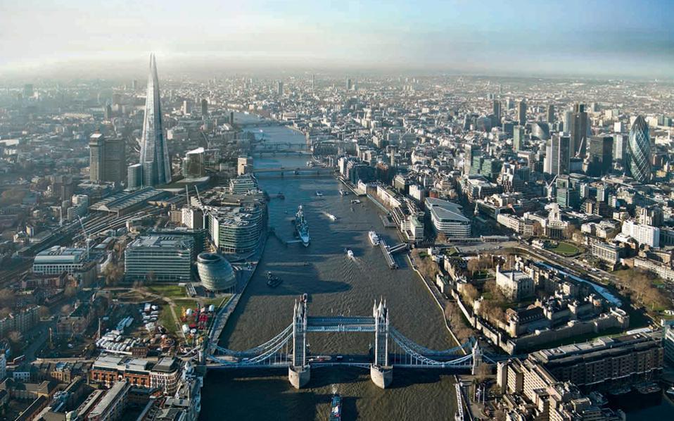 Ο FTSE 100 του Λονδίνου υποχώρησε 0,22%, καθώς τα θετικά στοιχεία για τη βρετανική οικονομία οδήγησαν σε άνοδο τη στερλίνα και καλλιέργησαν απαισιοδοξία για τις προοπτικές των βρετανικών εξαγωγικών εταιρειών.