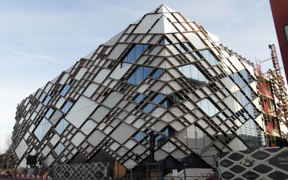Eνα από τα νέα κτίρια του Πανεπιστημίου του Σέφιλντ (φωτ.) συγκαταλέγεται στη λίστα των πιο άσχημων κτιρίων στο Ηνωμένο Βασίλειο, που θα διεκδικήσουν το Carbuncle Cup. Το βραβείο απονέμεται ετησίως από το περιοδικό Building Design στο πιο κακοφτιαγμένο οικοδόμημα της Μ. Βρετανίας, το οποίο επιλέγεται από κριτική επιτροπή κατόπιν διαδικτυακής ψηφοφορίας.