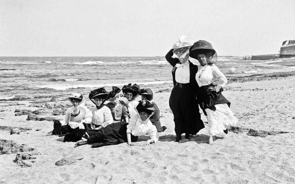 Ατμόσφαιρα θερέτρων της Μεσογείου στις φωτογραφίες της Μαίρης Παρασκευά (1882-1951). Αρχές 20ού αιώνα.