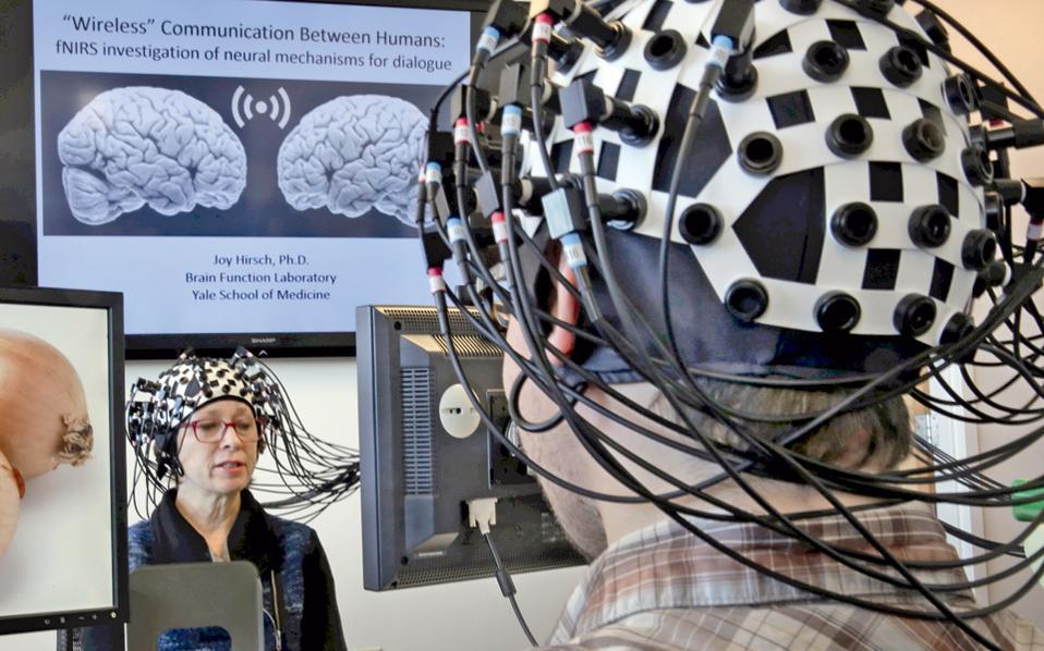 Στη φωτογραφία, μελέτη εγκεφάλων. Στον εμπρόσθιο εγκεφαλικό φλοιό ανθρώπων που έζησαν στο Μάντσεστερ και στην Πόλη του Μεξικού εντοπίστηκαν τοξικά σωματίδια ατμοσφαιρικής ρύπανσης.
