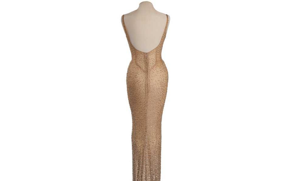 Το φόρεμα είναι φτιαγμένο από αραχνοΰφαντο μετάξι, από τον μόδιστρο Ζαν Λουί.