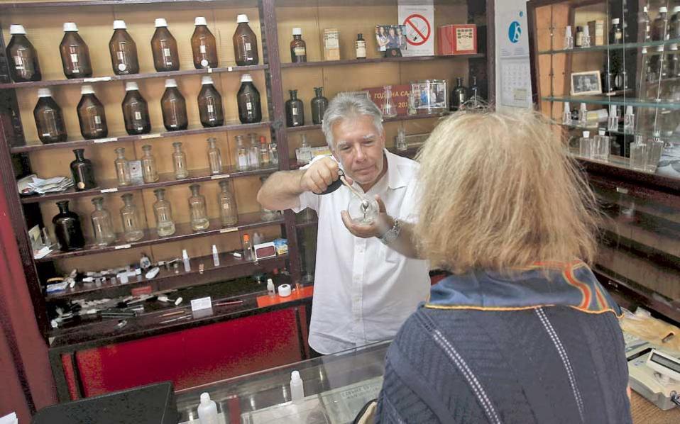 «Καλωσορίσατε στη μηχανή του χρόνου», λέει χαμογελαστός ο Νενάντ Γιοβάνοφ, που ακόμα και σήμερα κατασκευάζει αρώματα στο αρωματοπωλείο Σάβα, στο κέντρο του Βελιγραδίου.