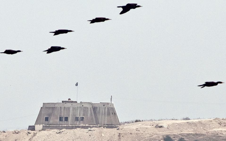 Τα πουλιά φεύγουν από την Τζαραμπλούς, όπου κυματίζει η σημαία του Ι.Κ., σε αυτήν την παλαιότερη φωτογραφία, προτού οι τζιχαντιστές εκδιωχθούν από τον τουρκικό στρατό.