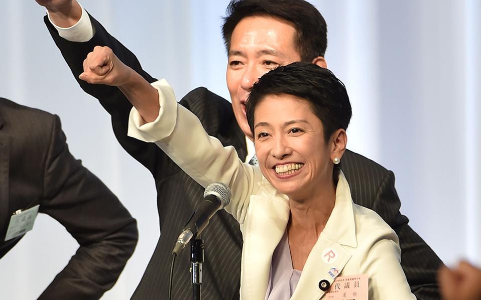 Η Ιαπωνία στα χέρια της... Με προϋπηρεσία στην εκφώνηση ειδήσεων, η εικονιζόμενη Renho Murata είναι η νέα αρχηγός του Δημοκρατικού κόμματος της χώρας. Η μαχητική Renho, με ρίζες από την Ταϊβάν, είναι η δεύτερη γυναίκα αρχηγός του κόμματος και αν καταφέρει να την εμπιστευτούν οι πολίτες της χώρας, μπορεί να γίνει και η πρώτη πρωθυπουργός. / AFP / KAZUHIRO NOGI