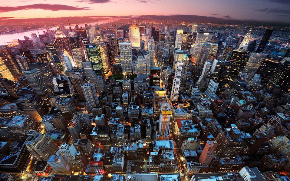 Στις 10 ακριβότερες πόλεις συμπεριλαμβάνονται η Νέα Υόρκη στην έβδομη θέση και το Λος Αντζελες στη δέκατη, καθώς η ενίσχυση του δολαρίου έχει ανεβάσει στα ύψη το κόστος ζωής σε πολλές περιοχές των ΗΠΑ.