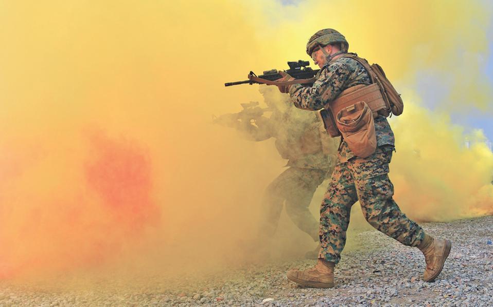 Αμερικανοί πεζοναύτες στη χθεσινή αναπαράσταση της απόβασης του Ιντσεόν, που πραγματοποίησαν πριν από 66 χρόνια στην κορεατική χερσόνησο οι ένοπλες δυνάμεις των Ηνωμένων Πολιτειών Αμερικής.