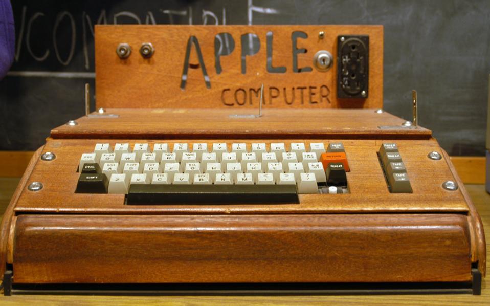 Ο Στιβ Τζομπς και ο Στιβ Βόζνιακ, οι άνθρωποι που δημιούργησαν την Apple, είχαν κατασκευάσει μόλις 200 κομμάτια από τους συγκεκριμένους υπολογιστές το 1976, γεγονός που καθιστά το μοντέλο που δημοπρατήθηκε «ιστορικό».