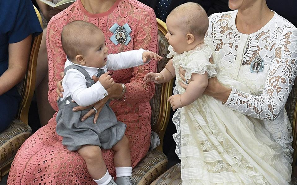 Βασιλικές κουβέντες. Τα είπανε ένα χεράκι o Σουηδός πρίγκιπας  Oscar (αριστερά) και ο πρίγκιπας Alexander με αφορμή την βάπτιση του δευτέρου. Οι νεαροί πρίγκιπες και πρώτα ξαδέλφια  βρίσκονταν αμφότεροι στις αγκαλιές των μητέρων τους και η τελετή έγινε στο παρεκκλήσι του παλατιού Drottningholm στην Στοκχόλμη.  EPA/CLAUDIO BRESCIANI